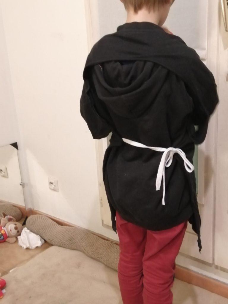 tablier à partir d'un tee-shirt d'adulte, avec deux cordons cousus de chaque côté