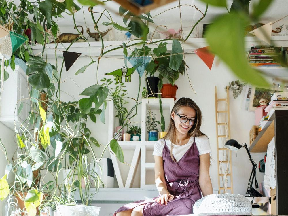 bonheur d'une femme autour des plantes