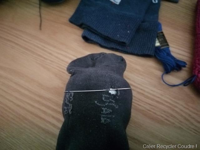 réparer une chaussette en prenant de la matière de part et d'autre