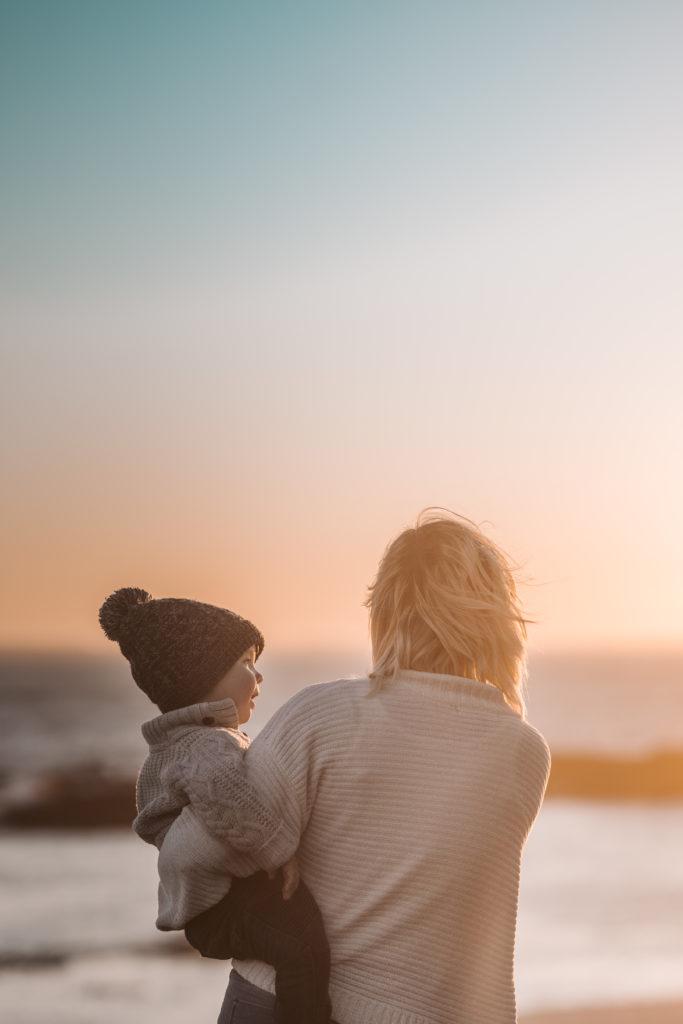 enfant et sa mère : chemin vers une parentalité positive