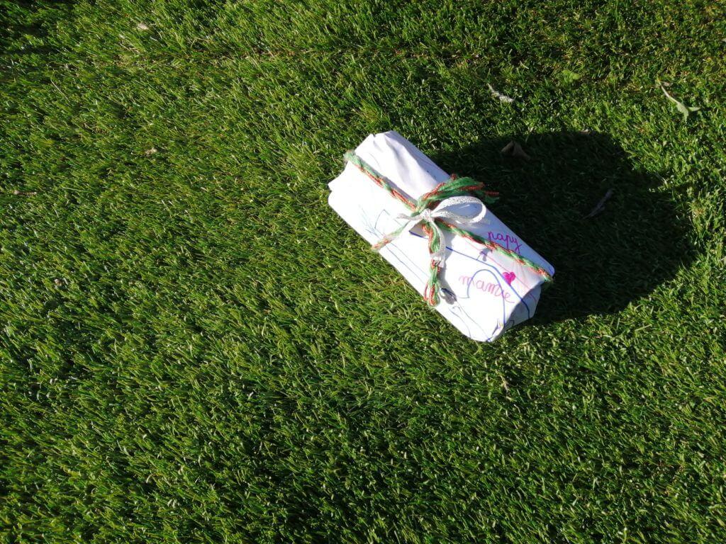 cadeau maison DIY avec emballage en dessin et ruban fils de laine
