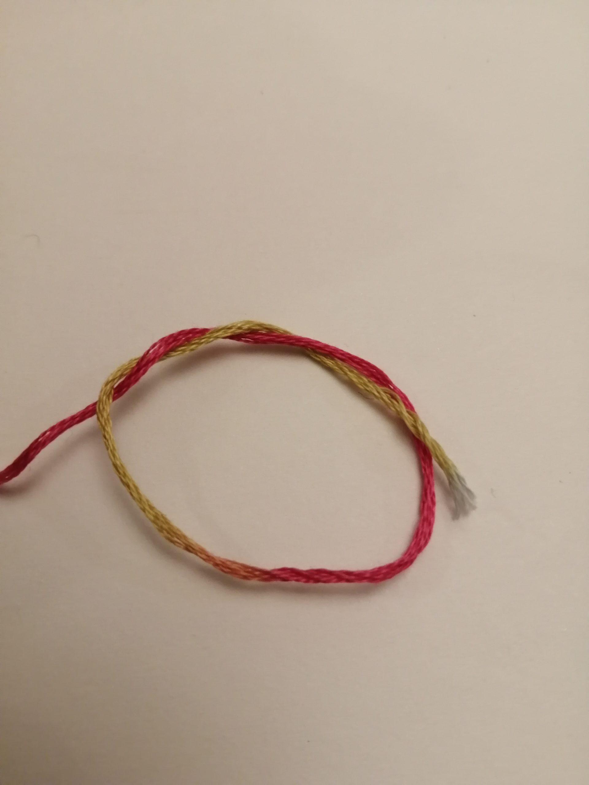 Plusieurs noeuds se forment sur le fil