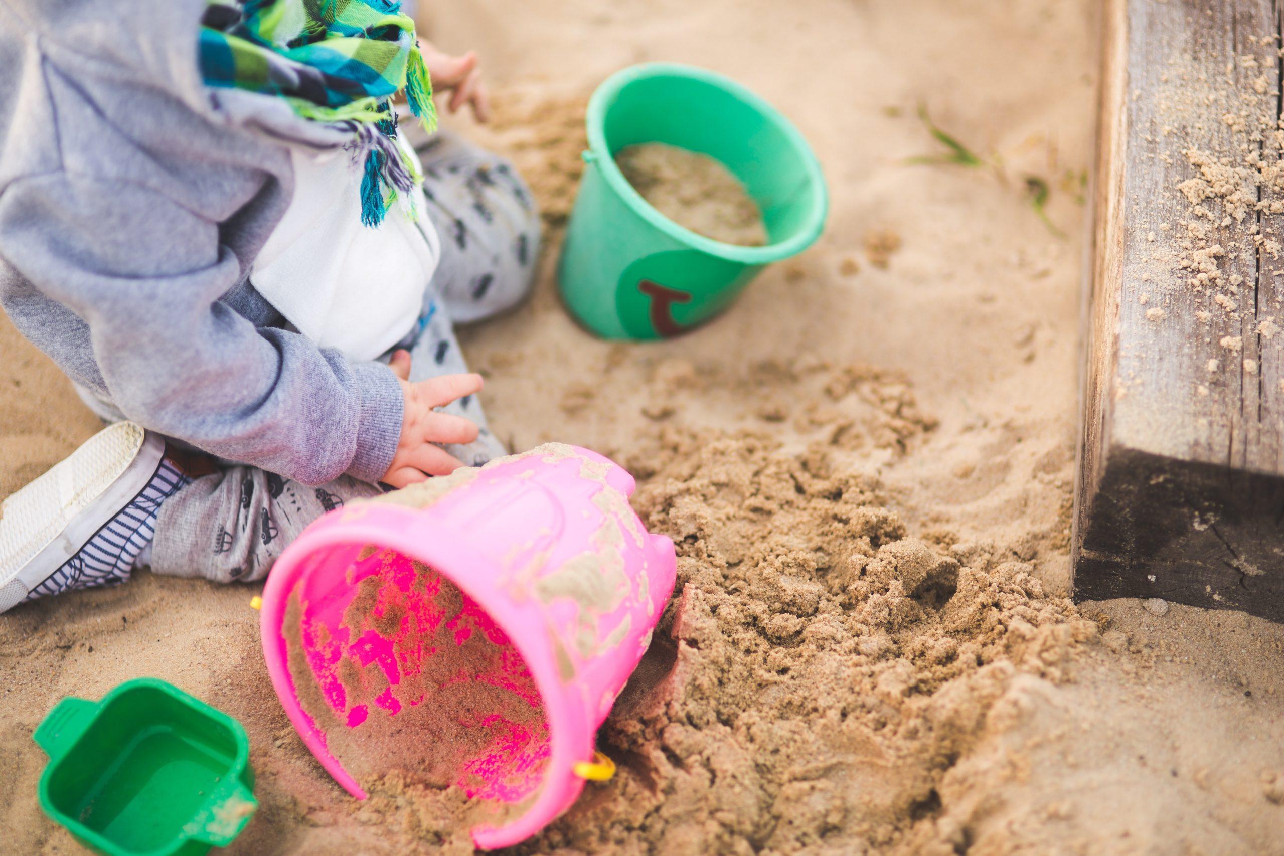 enfant jouant dans un bac à sable