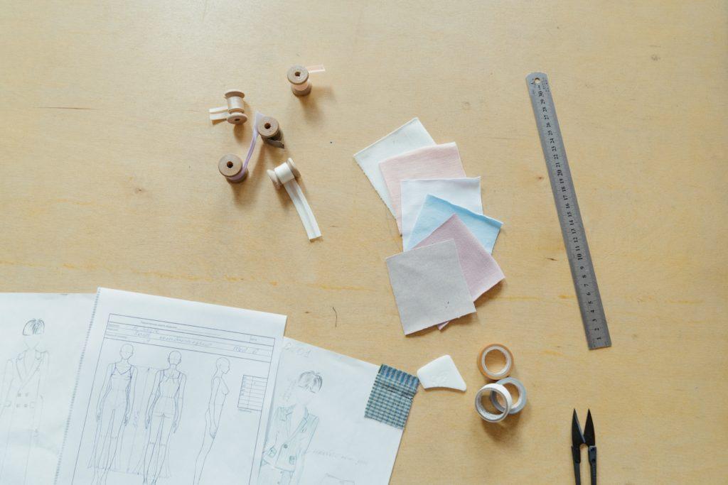 patron, rubans, petits carrés de tissu, pour retrouver la motivation de la couture