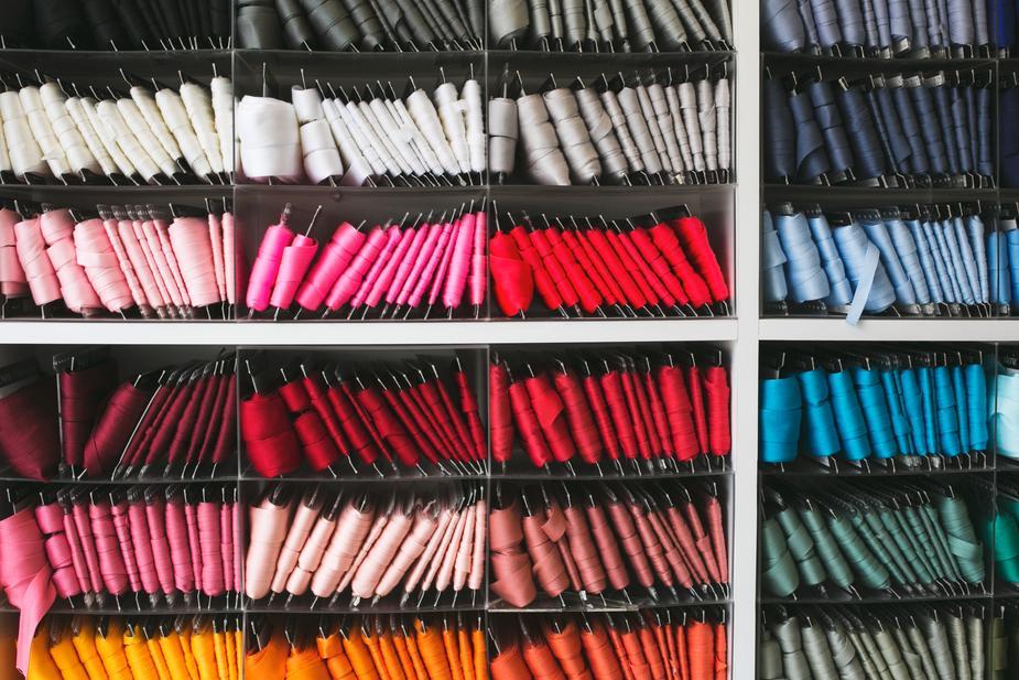 morceaux de rubans de toutes les couleurs pour habits de poupée mannequin