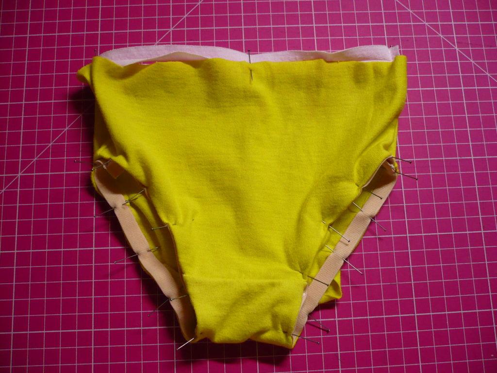 élastiques épinglés sur la culotte