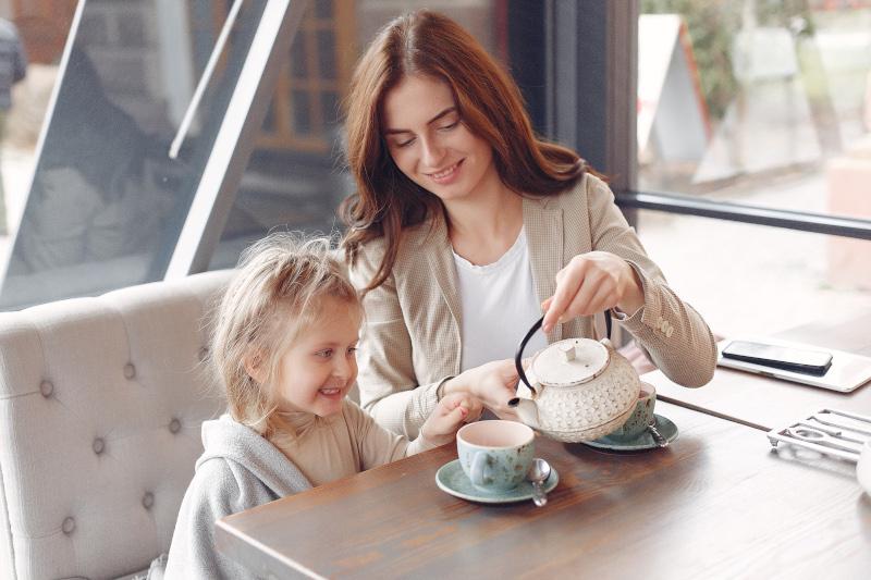 mère qui boit son thé avec sa fille, moment de détente